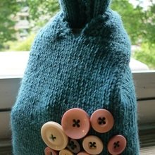 Knitted-knot-bag-complete-with-buttons